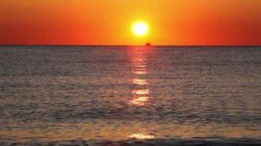 Fishing boat sails on horizon, sunset — Stock Video