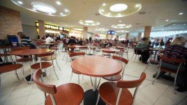 Café con sillas y mesa en supermercado — Vídeo de stock