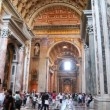 People in central nave St. Peters Basilica (Basilica di San Pietro) — Stock Video