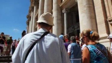 Pilgrims climb stairs near entrance in St. Peters Basilica (Basilica di San Pietro) — Stock Video #28811241