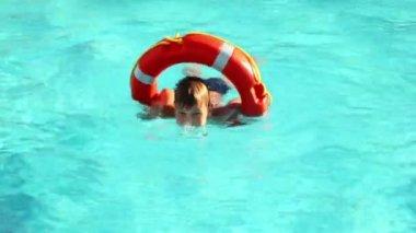 Niño nadando en el agua de la piscina — Vídeo de Stock