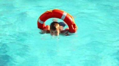 Pojke simning i poolvattnet — Stockvideo
