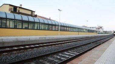 Train arrive to platform near railway station — Stock Video