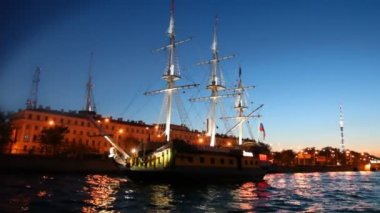 Sailing ship standing at pier on night Neva river — Stock Video