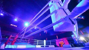 Anillo vacío orientado a los boxeadores lucha — Vídeo de stock