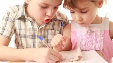 Brother and sister draw something in notebook — Vídeo de Stock