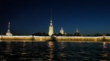 View of illuminated fortress at night from Neva river — Vidéo