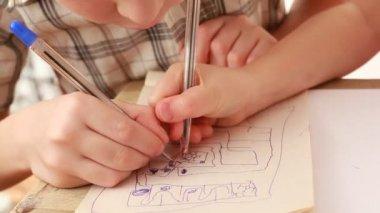 Las manos de los niños dibujan algo en cuaderno — Vídeo de Stock