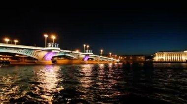 Ship departures from Blagoveshchensky Bridge across night Neva — Stock Video