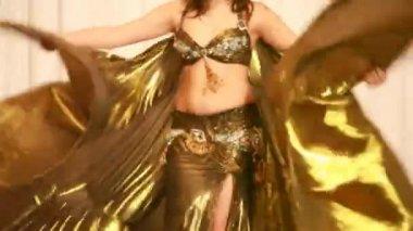 Kobieta tancerka brzucha wykonać w złotej sukni — Wideo stockowe