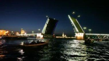 Certains bateaux nagent sur le pont du palais dissous sur la neva — Vidéo