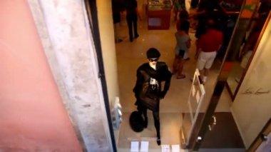 Işaretler ve soldan içeri doğru müşterileri için hareketli vitrin camekanlar — Stok video