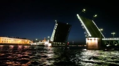 Ship swims up to Drawbridge dissolved on Neva — Vidéo