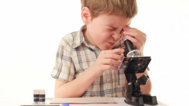 Little boy looks into microscope and setting it up — Stock Video