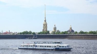 Passenger ship sails along Neva River — Stock Video