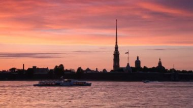 Ships float in front of Peter and Paul Fortress on Neva River — Vidéo