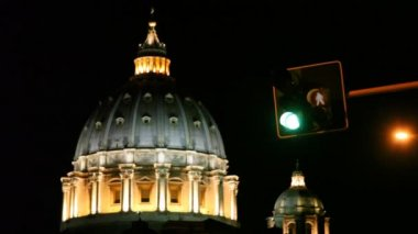 Domes St. Peters Basilica and traffic lights in Rome — Stock Video