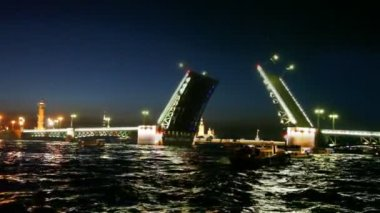 Over night Neva raised shined Palace Bridge — Vidéo