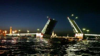 Au cours de la nuit neva soulevées éclairé palais pont — Vidéo