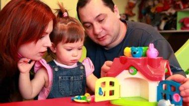 Rodzice, obserwując, jak grają ich dzieci — Wideo stockowe