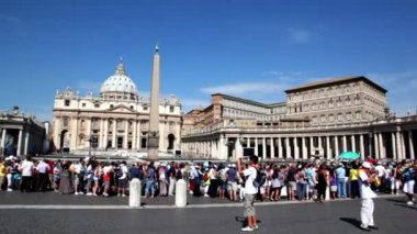 Many tourist watch and walk on square in front of Saint Peters Cathedral — Stock Video
