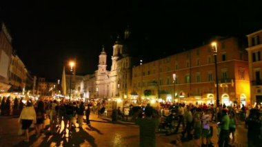 Tourists walk on Piazza Navona — Stock Video