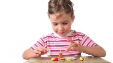 Dziewczyna stawia na tacy sztucznej żywności przez jeden — Wideo stockowe