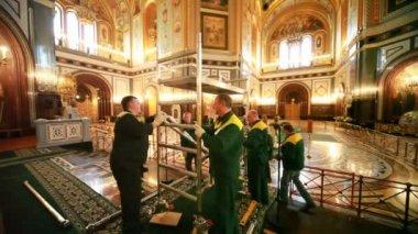 Travailleurs construire des échafaudages à l'intérieur de la cathédrale du christ sauveur — Vidéo
