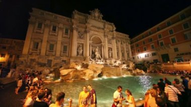 Tourists around Trevi Fountain at evening, people admire impressive art — Stock Video