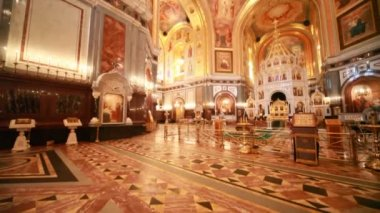 Overview of richly ornamented hall inside Cathedral of Christ the Saviour — Stockvideo