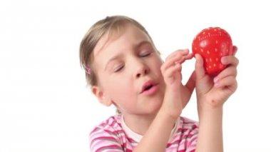 Meisje bedrijf timer in de vorm van aardbeien — Stockvideo