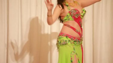 Belly dancer in green perform during photo session in studio — Stock Video