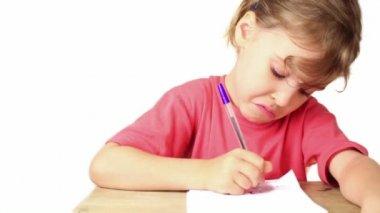Ragazza facendo i compiti, lei scrive a penna su carta su tavola — Video Stock
