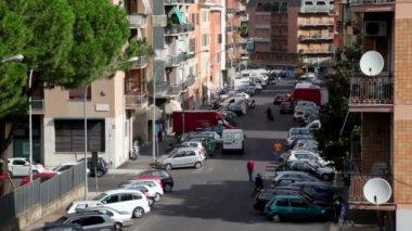 Stadt Straße von oben, viele Autos geparkt auf jeder Seite, gehen Fußgänger — Stockvideo