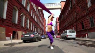 Danzas de chica en estilo moderno con paño en la calle — Vídeo de Stock
