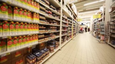 Stands with food in hypermarket, panorama from left to right — Стоковое видео