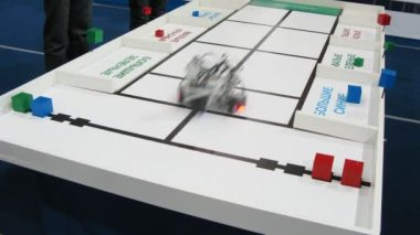 Robot is sort bricks by color and shape at ROBOFEST-2011 — Vídeo Stock