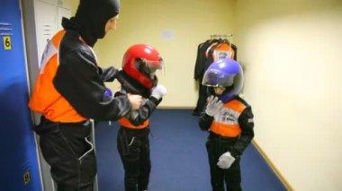 Vader bereidt twee jongens voor go-cart racing. — Stockvideo