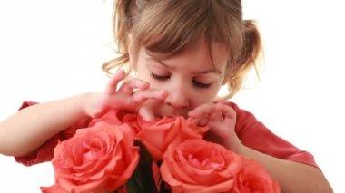 Tatlı küçük kız pembe Gül güzel buket görünüyor — Stok video