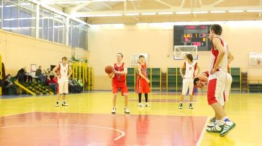 Basketball players of CSKA and TRUDOVYE REZERVY makes penal throws on training — 图库视频影像
