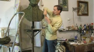 Sculptor Denis Petrov molds bust of 18 century russian commander Alexander Suvorov — Stock Video