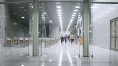 Gente dentro de expo centro buffet — Vídeo de Stock