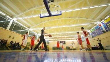 Basketteurs fait jette pénale à l'université de l'état russe de l'éducation physique — Vidéo