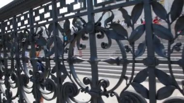 Forged metal fence near stairs Venice Square in Rome — Stock Video