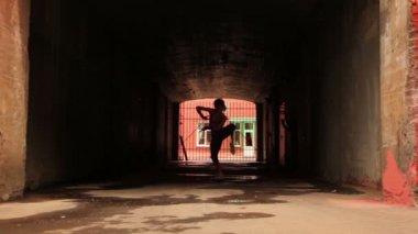 Donna danze moderno stile davanti alla grata del cancello — Video Stock