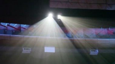 Iki projektörler altında tavan beyaz ışık — Stok video