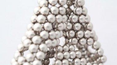 Bolas de imán en estructura triangular con agujeros — Vídeo de Stock