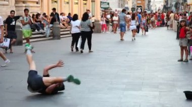 Guy is spinning and dancing breakdance in city center — Stock Video