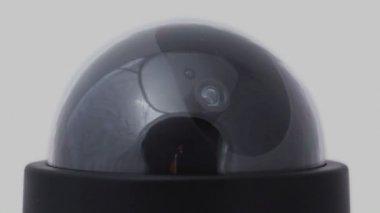 Zwarte bewakingscamera roteert, rode led knipperen — Stockvideo