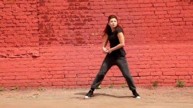 モダンなスタイルでアクティブな黒い服ダンスの女の子 — ストックビデオ